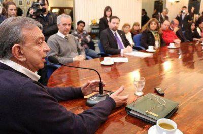 Zúccaro entregó los primeros boletos para docentes y auxiliares