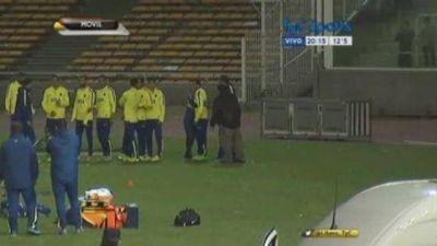 Una hincha de Boca eludió la seguridad del Kempes y saludó a Tevez en la práctica