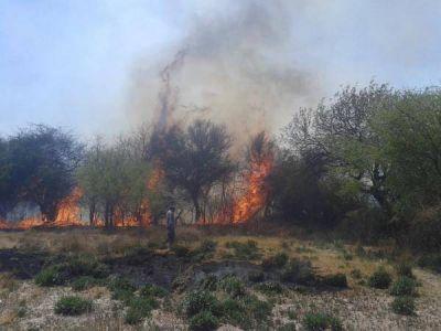 Santa Mar�a: varias dotaciones de Bomberos combatieron el incendio en El Cerrito