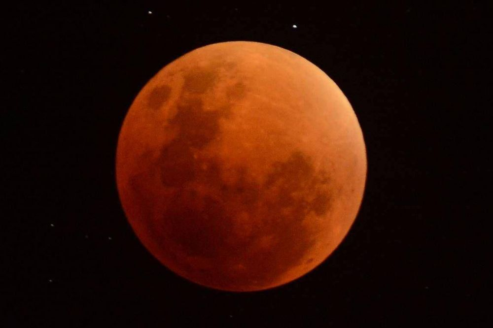 Una luna roja sobre Mendoza