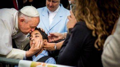 Conmovedor gesto de Francisco hacia un chico con parálisis cerebral