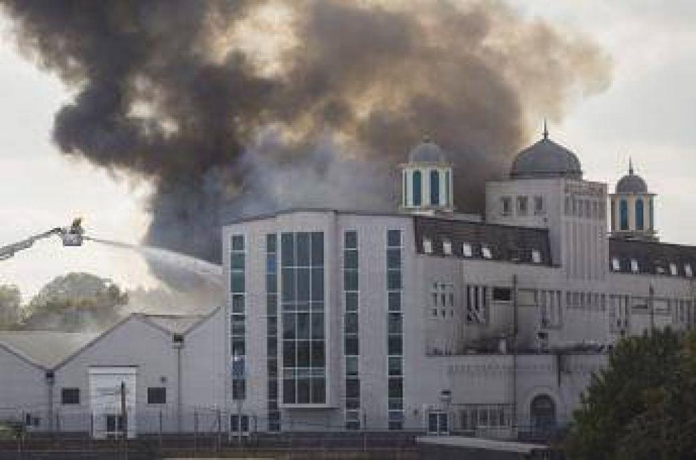 Detienen dos menores por el incendio en una mezquita en Londres