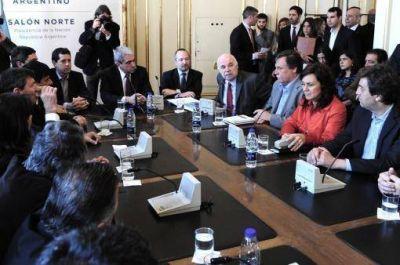 Inundaciones: Aníbal, De Pedro y Casamiquela firmaron convenios para asistir a productores