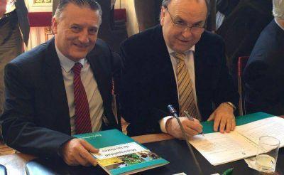 Vidal firmó convenio por caminos rurales