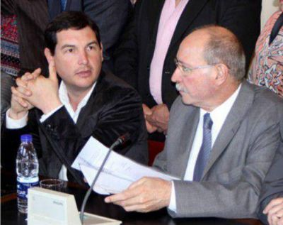 Gabriel Macchi acompañó a Gobbi en la entrega del subsidio para caminos rurales
