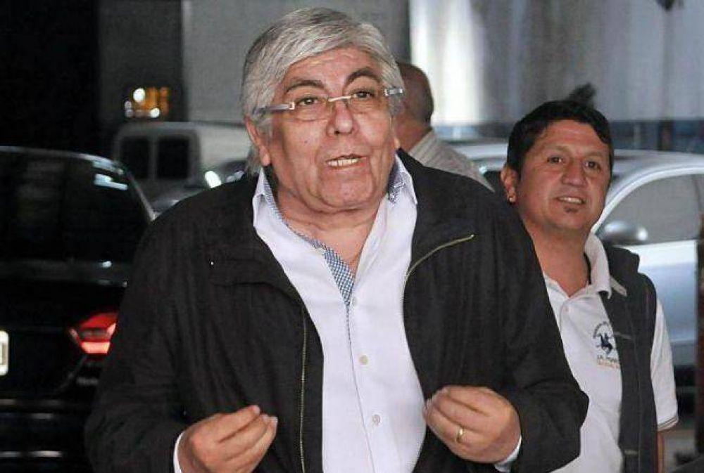 En el cierre de campaña, Moyano coquetea con todos los candidatos