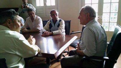 El rector de la UNER le dio la foto a De Angeli
