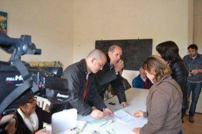 El intendente de Pehuajó entregó subsidio de 30 mil pesos al Centro Complementario de Paso