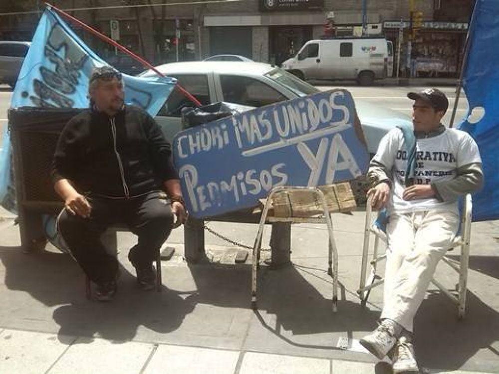 """Choripaneros se encadenaron """"hasta que el Municipio los deje trabajar"""""""