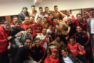 El festejo de los jugadores de River en el vestuario tras ganar el clásico en Córdoba