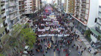 Multitudinaria marcha de mujeres contra los femicidios