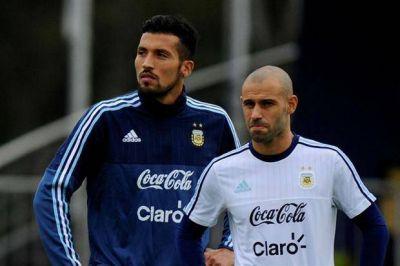 Otra baja para Martino: Ezequiel Garay dejó la concentración y habría cinco cambios para jugar en Paraguay