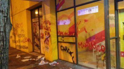 Grupos de mujeres realizaron pintadas en el local partidario de Carlos Arroyo