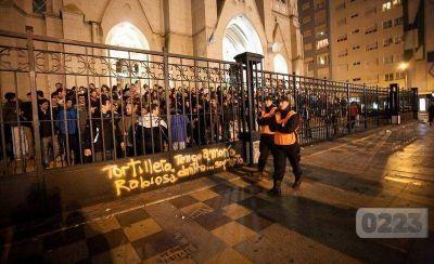 Incidentes frente a la Catedral: enfrentamientos y gases