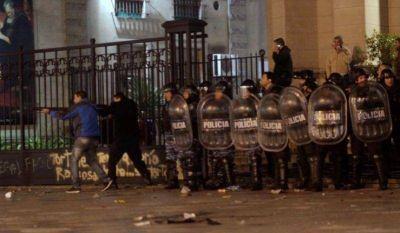 """Mientras el municipio limpia las """"pintadas"""", algunos sectores piden la renuncia de Di Pasqua"""