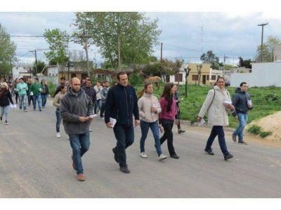 Camilo Etchevarren recorrió barrios de la ciudad