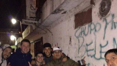 Tevez visitó su barrio de la infancia antes de jugar con Racing