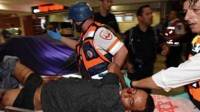 Un israelí muerto y once heridos en otro ataque palestino con armas y cuchillos