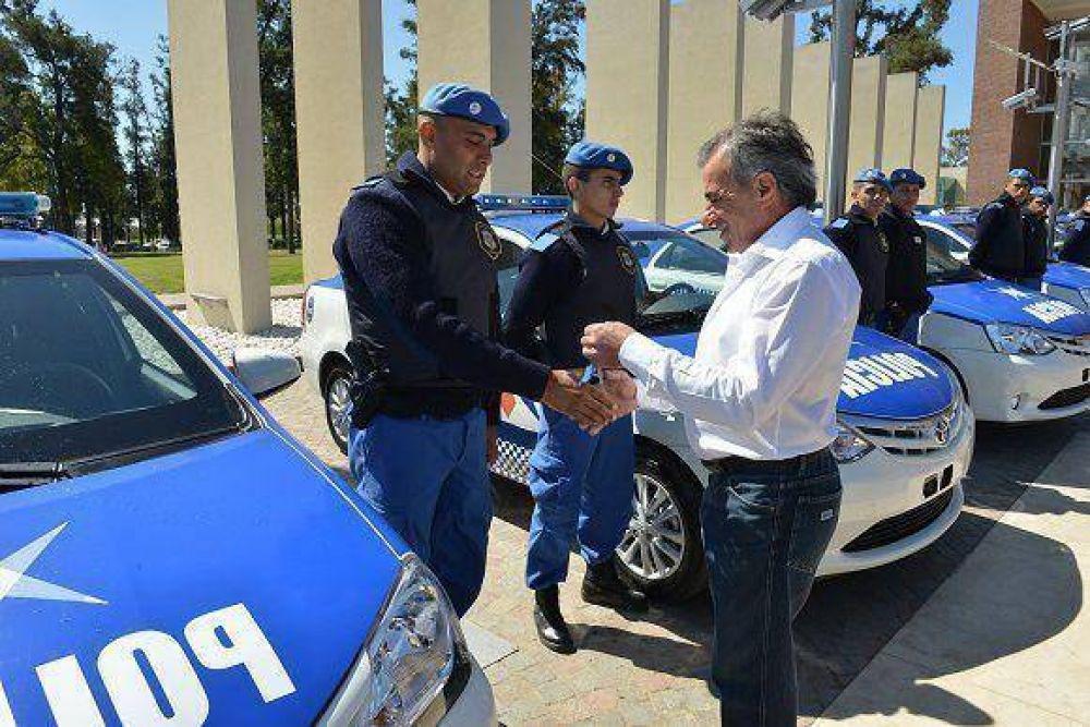 Jesús Cariglino entregó nueve móviles para la Policía Local
