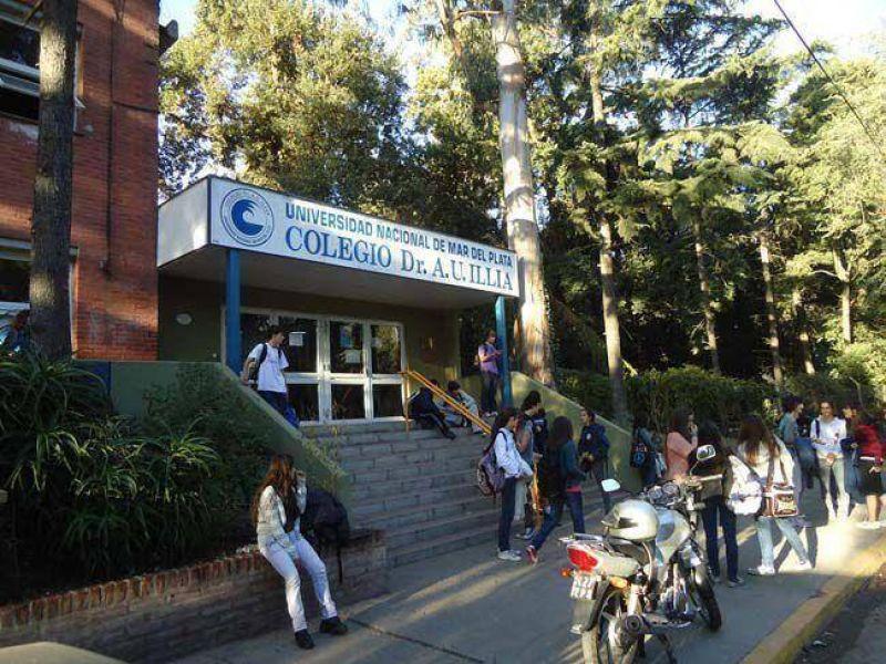 Paro de preceptores en el Colegio Illia: reclaman haberes atrasados