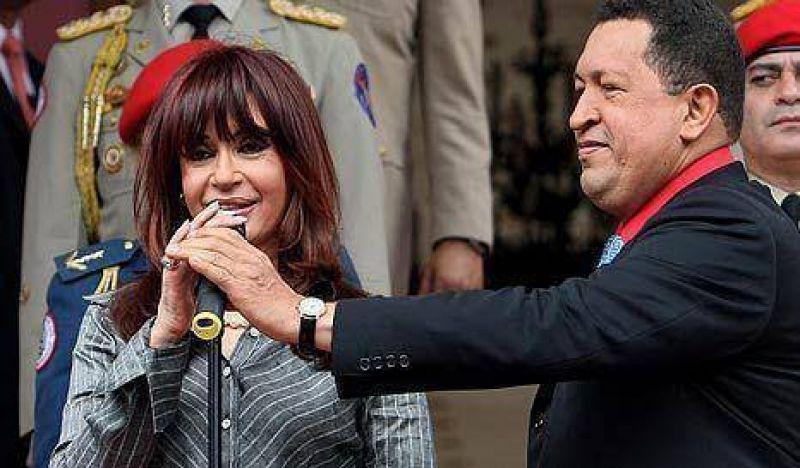 """CFK firmó 22 acuerdos con Chávez y pidió """"no demonizar"""" la relación"""