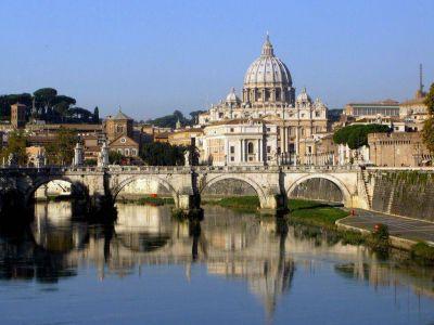 El papa anuncia la creación de la Congregación para los Laicos