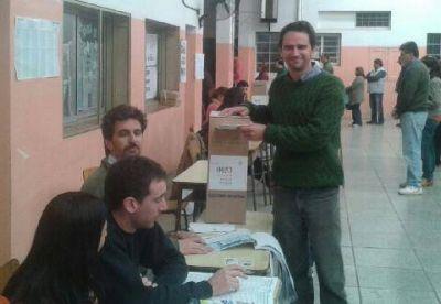 Andr�s Duhour emiti� su voto en la Escuela N� 14