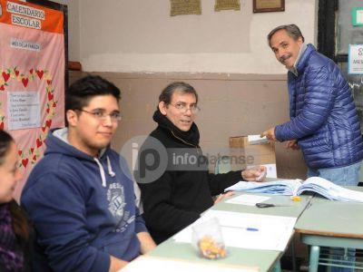 """Arteaga votó y denunció al oficialismo por """"cortar las boletas de la oposición"""""""