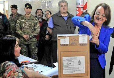 Alicia Kirchner votó en una urna con las fajas de seguridad rotas