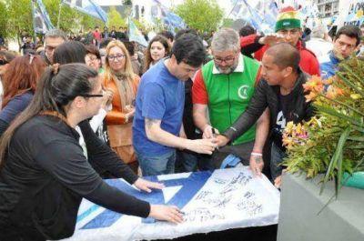 Actores politicos y militantes realizaron homenaje a Néstor Kirchner en la Necrópolis local