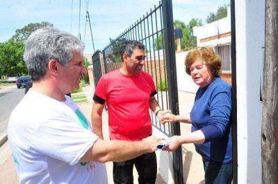 Poggi junto a Gastón Hissa, en una caminata por los barrios