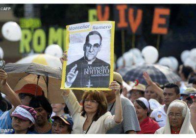 Fieles salvadoreños agradecen al Papa la beatificación de monseñor Romero