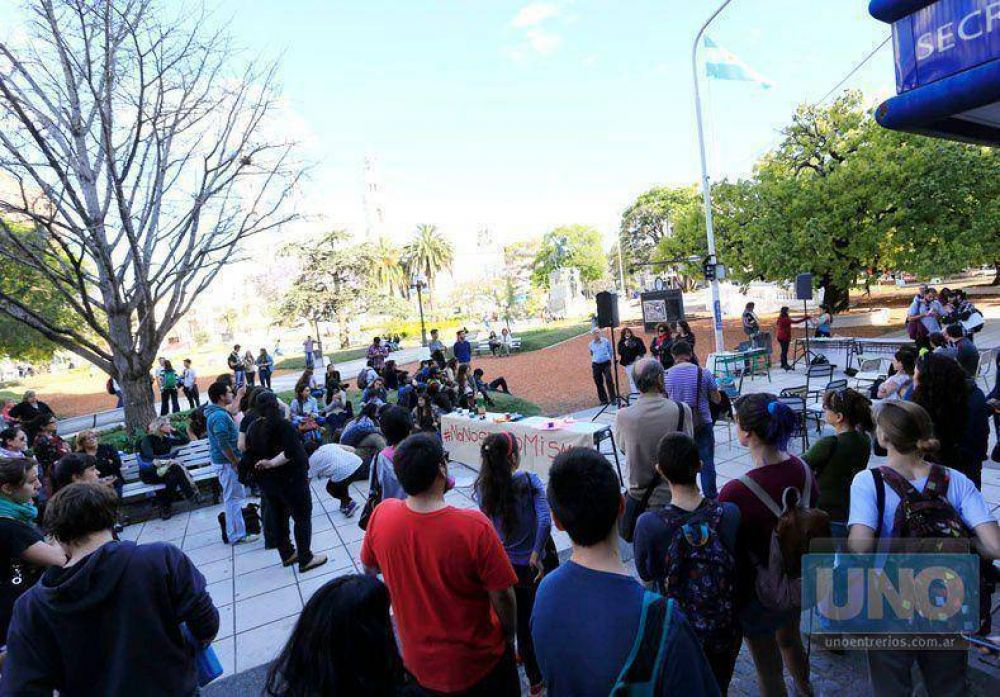 Docentes y no docentes de UNER y Uader defienden la educación pública con una radio abierta