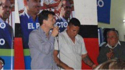 """Polémica: Los Bruera fueron """"escrachados"""" en acto con el barra brava de Gimnasia"""