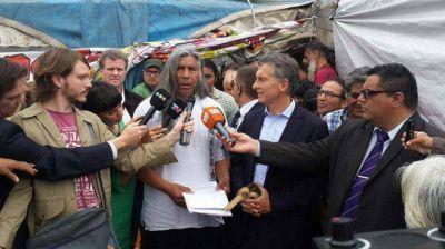 Mauricio Macri visita la carpa de la comunidad Qom y se reúne con Félix Díaz