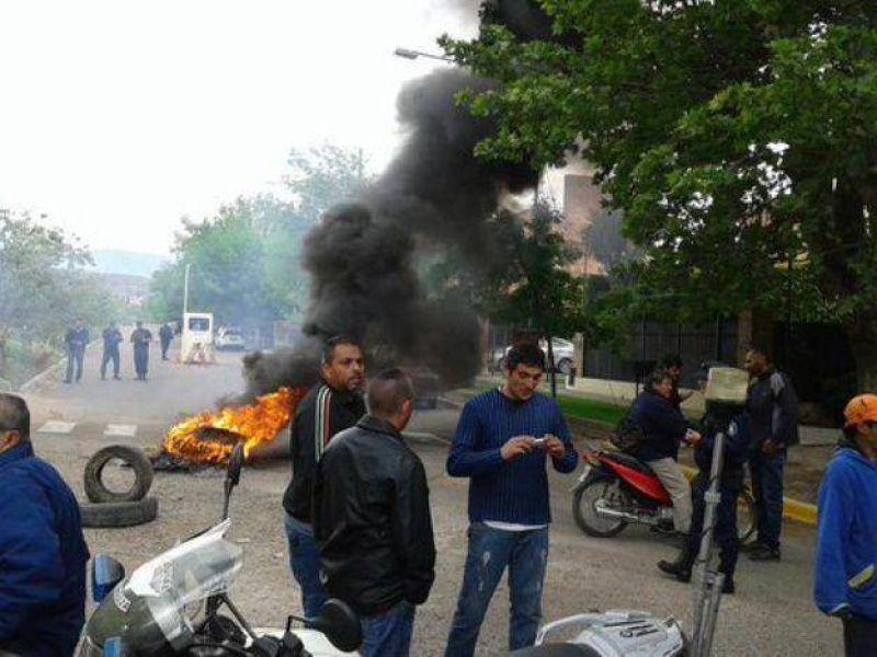Tensión frente a la casa del gobernador mendocino: municipales reclamaron el pago de salarios con quema de gomas