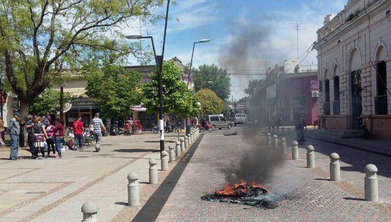 Continúa la quema de cubiertas frente al municipio reclamando pagos adeudados a las Cooperativas de Trabajo