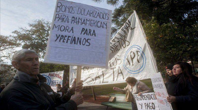 Extrabajadores de YPF reclamaron por indemnizaciones