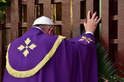 VIDEO: Papa Francisco, el primer Pontífice en abrir una Puerta Santa fuera de Roma