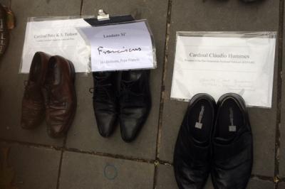 Los zapatos del Papa Francisco participan en la Marcha por el Clima de París