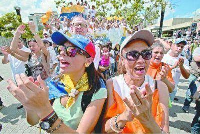 Cuenta regresiva en Venezuela: apoyos y críticas al chavismo