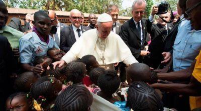 El cariño de los pobres protegió al Papa en zona de guerra de África, dice Cardenal