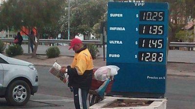 Las estaciones YPF ya cobran la nafta con la rebaja del 22%: la s�per cuesta 10,25 pesos