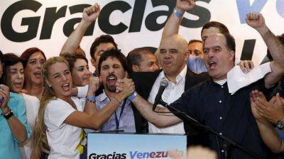 Tras su aplastante victoria electoral, la oposición empieza a presionar a Maduro