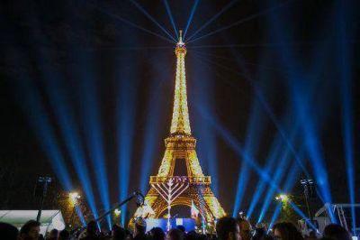 Con la iluminación de una menorá en la Torre Eiffel, París comenzó las celebraciones de Jánuca