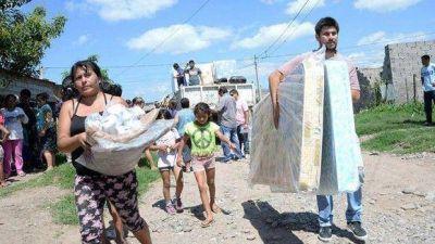 El Gobierno entregó camas, colchones, indumentaria y alimentos a 40 familias de Las Talitas