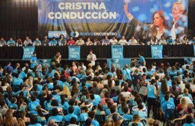 Odiado por el peronismo, se abraza a Cristina y pide