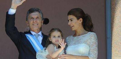 Tras asumir como Presidente, Macri recibió atributos en la Casa Rosada y saludó desde el balcón