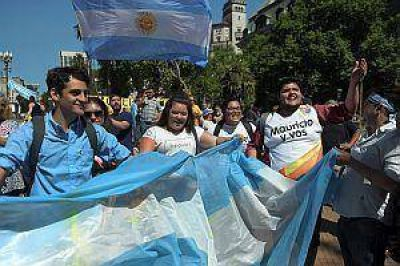 Una multitud recibió a Macri en la Casa Rosada bajo un calor agobiante