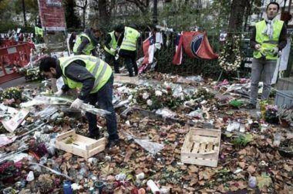 Empiezan a retirar el memorial levantado en Bataclan tras los ataques
